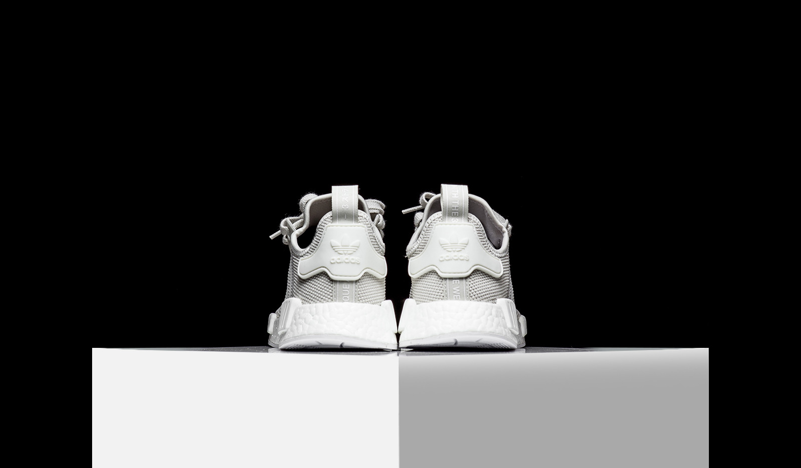 adidas nmd r1 talco / offwhite due in piedi le due offwhite 423170
