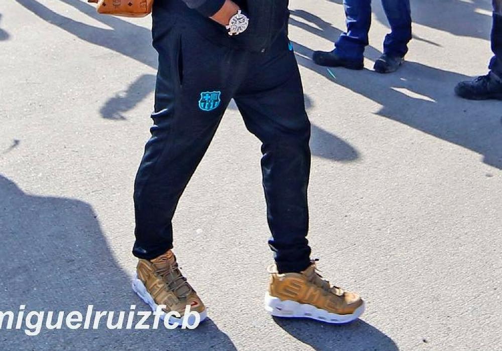 Neymar spottet i Supreme x Nike Air More Uptempo Gold