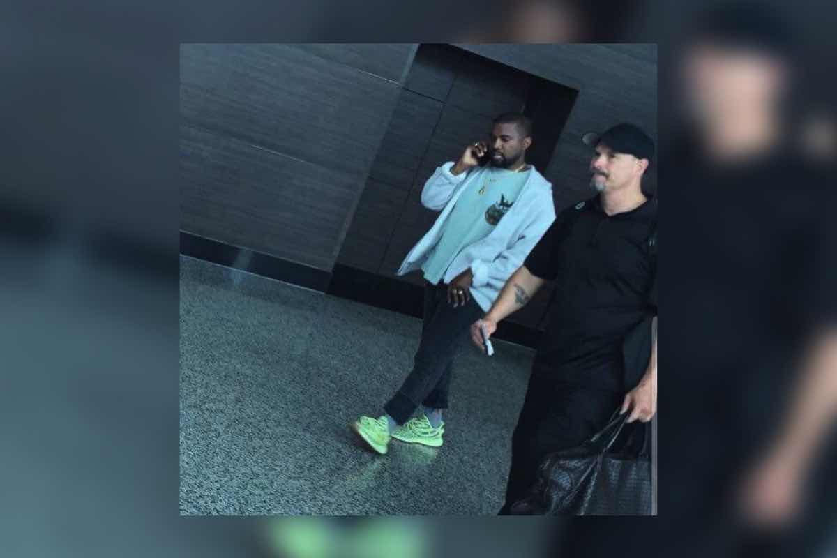 "Sneak Peek: Kanye spottet i ""Semi-Frozen Yellow"" Yeezys"