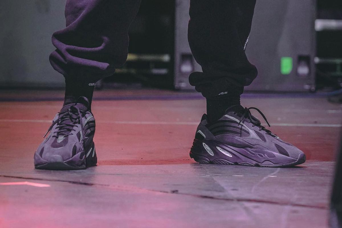 "Kanye West optræder i Yeezy Boost 700 V2 ""Triple Black"""
